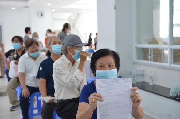 Người nghèo ở TP.HCM vui như tết vì được tiêm vắc xin - Ảnh 2.