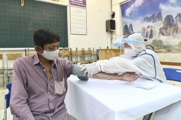 Người nghèo ở TP.HCM vui như tết vì được tiêm vắc xin - Ảnh 5.