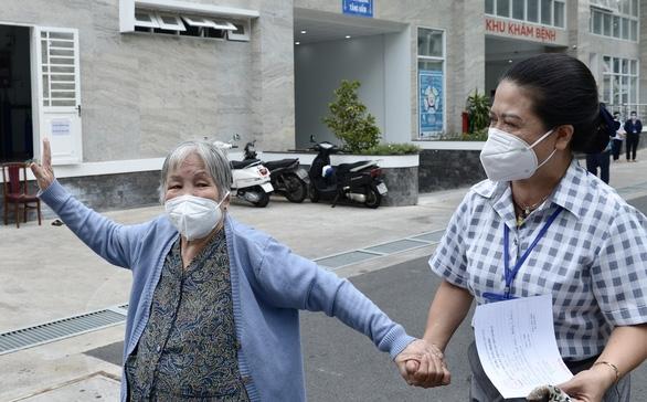 Người nghèo ở TP.HCM vui như tết vì được tiêm vắc xin - Ảnh 6.