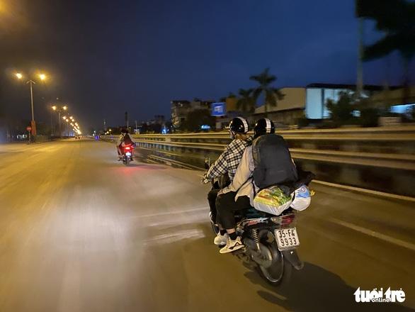 Giữa đêm nghe tin Hà Nội áp dụng chỉ thị 16, nhiều người vội vàng ra, vào thủ đô - Ảnh 1.