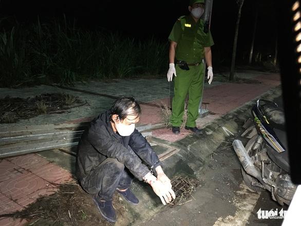 Cảnh sát 113 rượt đuổi hơn 2km bắt tên trộm ném sắt cản đường - Ảnh 2.