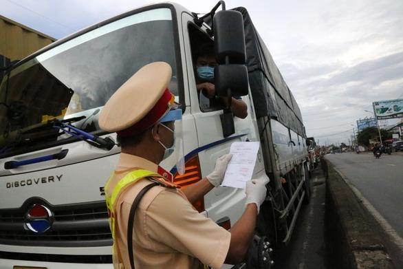 Bộ GTVT yêu cầu xét nghiệm lưu động cho tài xế chở hàng - Ảnh 1.