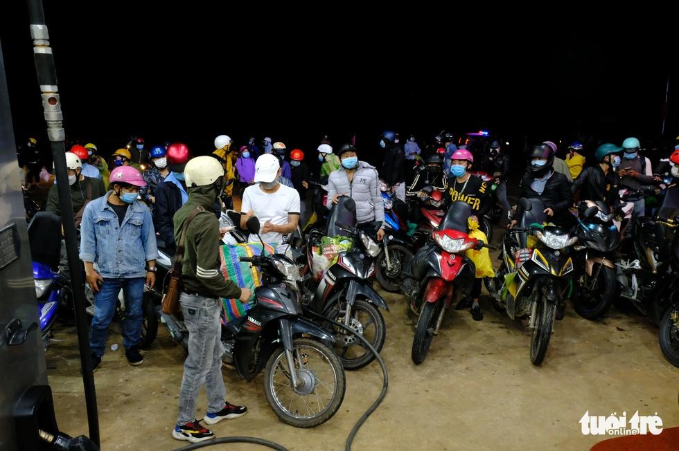 Hàng ngàn người đổ về Tây Nguyên xuyên đêm, kéo dài cả 1km - Ảnh 7.