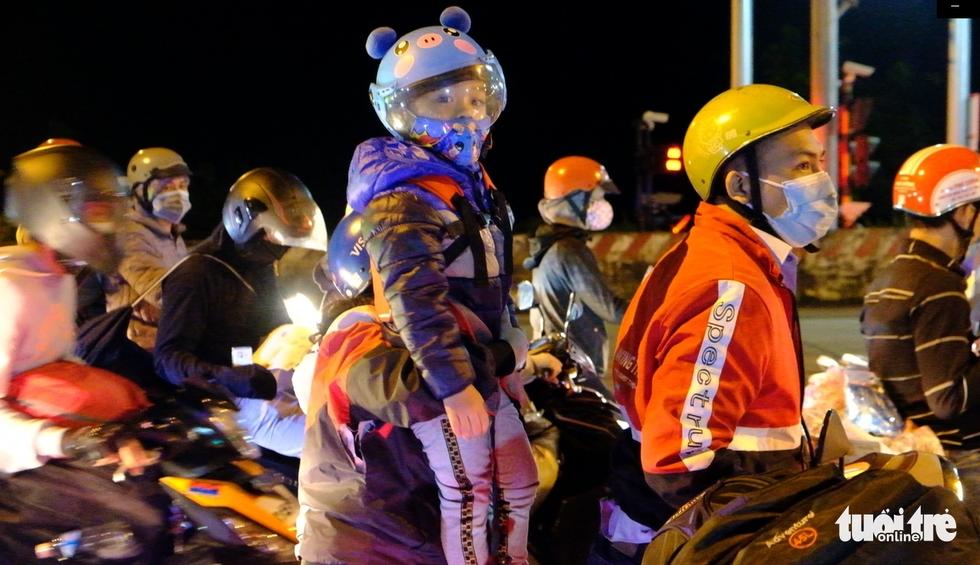 Hàng ngàn người đổ về Tây Nguyên xuyên đêm, kéo dài cả 1km - Ảnh 10.