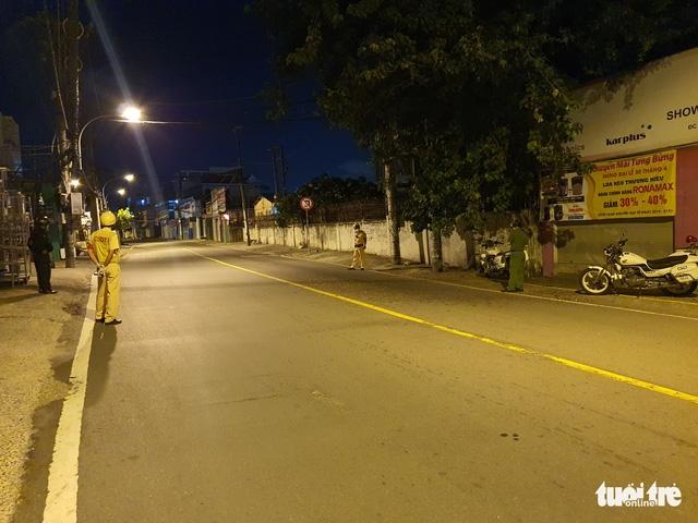 Sau 18h đường phố vắng lặng, CSGT lập chốt 1 tiếng vẫn không có một bóng người - Ảnh 1.