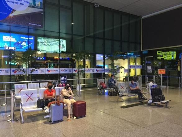Đến Tân Sơn Nhất sau 18h, hành khách phải vạ vật ngủ qua đêm ở sân bay - Ảnh 2.