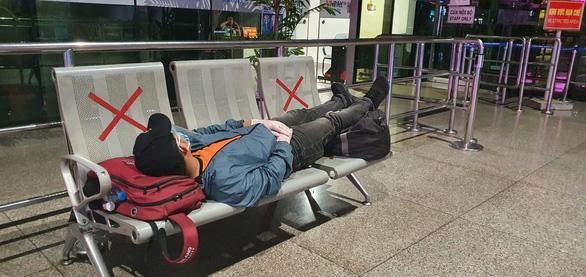Đến Tân Sơn Nhất sau 18h, hành khách phải vạ vật ngủ qua đêm ở sân bay - Ảnh 3.