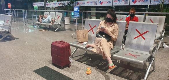 Đến Tân Sơn Nhất sau 18h, hành khách phải vạ vật ngủ qua đêm ở sân bay - Ảnh 4.