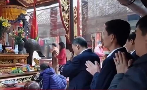 Cán bộ Kho bạc nhà nước TP Nam Định đi lễ đền Trần. Ảnh cắt từ video.
