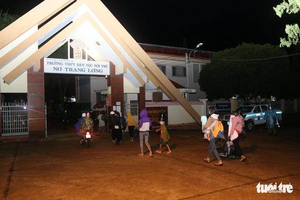 900 công nhân được Đồng Nai hộ tống trở về Đắk Lắk trong đêm - Ảnh 3.