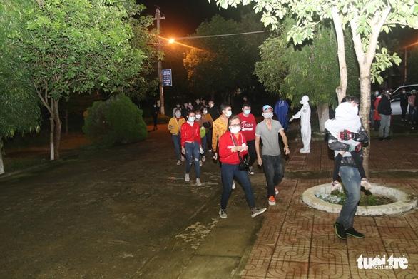 900 công nhân được Đồng Nai hộ tống trở về Đắk Lắk trong đêm - Ảnh 4.