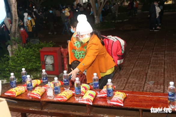 900 công nhân được Đồng Nai hộ tống trở về Đắk Lắk trong đêm - Ảnh 6.
