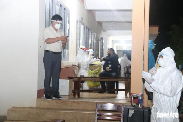 900 công nhân được Đồng Nai hộ tống trở về Đắk Lắk trong đêm - Ảnh 7.