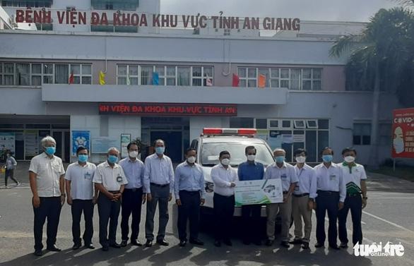 Angimex tặng xe cứu thương và máy thở cho Bệnh viện Đa khoa khu vực Châu Đốc - Ảnh 1.