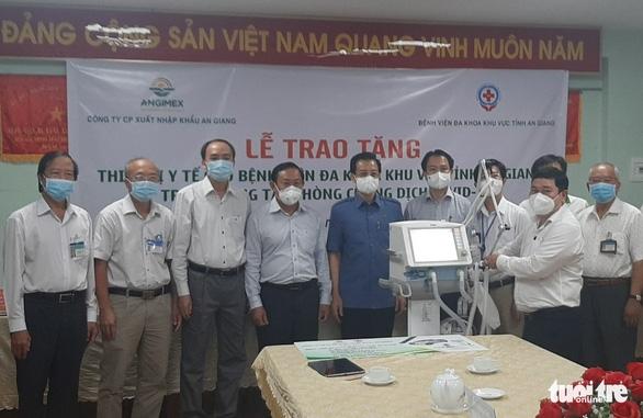 Angimex tặng xe cứu thương và máy thở cho Bệnh viện Đa khoa khu vực Châu Đốc - Ảnh 2.