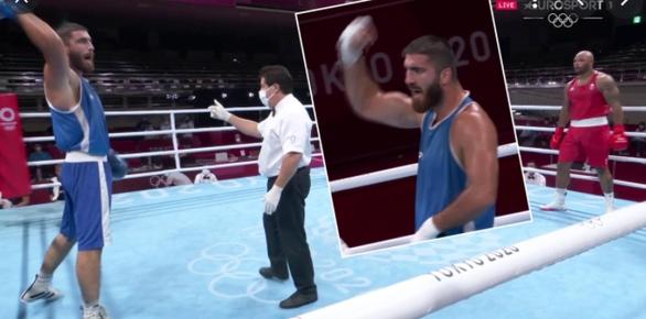 Bị xử thua, võ sĩ Pháp đập phá camera và ngồi lì cả tiếng trên sàn đấu - Ảnh 1.