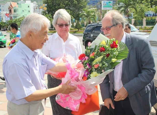 GS Trần Thanh Vân, Chủ tịch Hội Gặp gỡ Việt Nam (trái) trong một lần đón tiếp các nhà Nobel về TP Quy Nhơn (Bình Định) dự sự kiện Gặp gỡ Việt Nam.