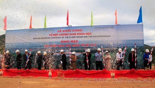 Phó Thủ tướng Vũ Đức Đam cùng nhà khoa học quốc tế dự lễ khởi công Dự án Tổ hợp không gian khoa học ở phường Ghềnh Ráng (TP Quy Nhơn, Bình Định) hồi tháng 7/2015.