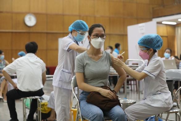 Bộ Y tế: Trừ Pfizer, không được tiêm vắc xin loại khác cho người đã tiêm AstraZeneca - Ảnh 1.
