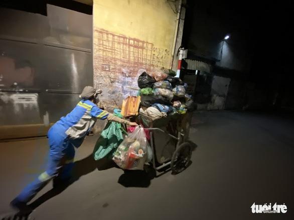 Nữ công nhân môi trường bị trấn lột xe máy: 'Tôi van xin mà nhóm cướp không tha' - Ảnh 3.