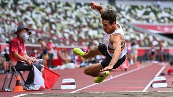 """Chia tay Olympic Tokyo sau cú nhảy xa """"tiếp đất"""" bằng đầu rợn người - Ảnh 1."""