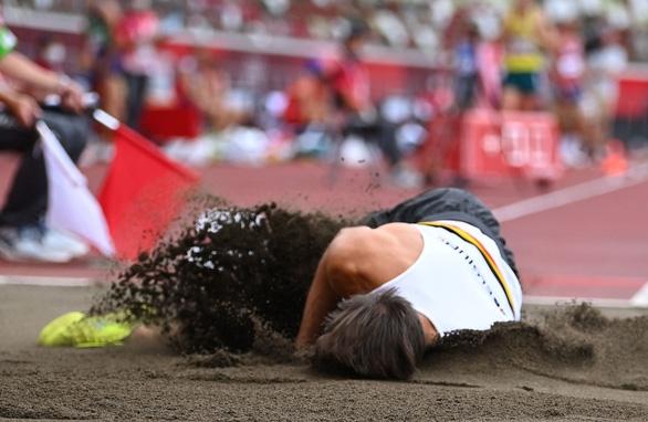 """Chia tay Olympic Tokyo sau cú nhảy xa """"tiếp đất"""" bằng đầu rợn người - Ảnh 2."""