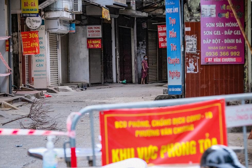 Hà Nội cách ly khu dân cư 900 hộ và 2.800 người vì 18 ca nhiễm COVID-19 - Ảnh 1.