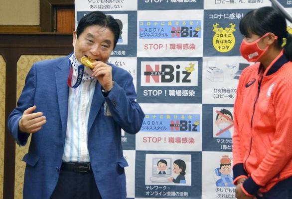 Thị trưởng Nhật xin lỗi và xin bồi thường vì cắn huy chương của nữ VĐV - Ảnh 1.