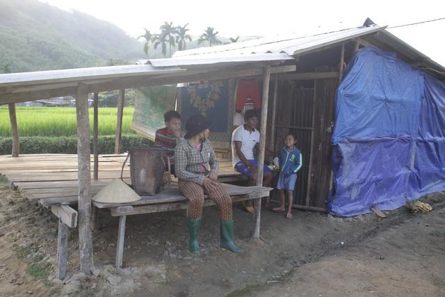 Nhiều gia đình vẫn sống tạm bợ trong những túp lều tạm hoặc đi ở nhờ sau 4 tháng mất nhà do sạt lở núi.