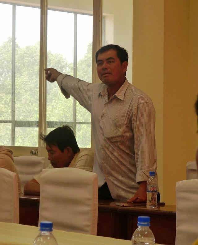 Ông Đỗ Ngọc Thanh bức xúc trước sự thất hứa của lãnh đạo huyện Kiên Lương trong việc triển khai đống đập tạp kênh 6 dẫn đến nước mặn tràn vào các kênh rạch hai xã Kiên Bình và Hòa Điền như hiện nay