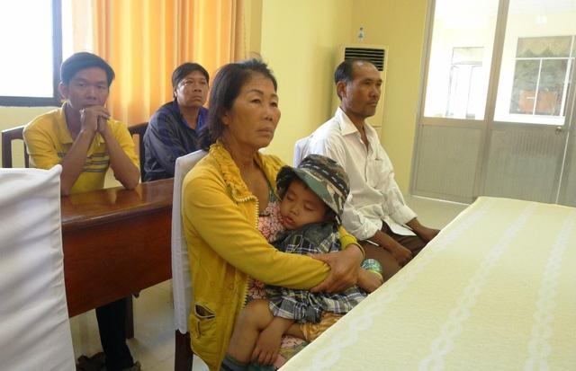 Bà Nguyễn Thị Thủy - ấp Kiên Thanh, xã Kiên Bình và hàng trăm hộ dân khác vô cùng sốt ruột khi lúa sắp chết vì bị nước mặn bao vây