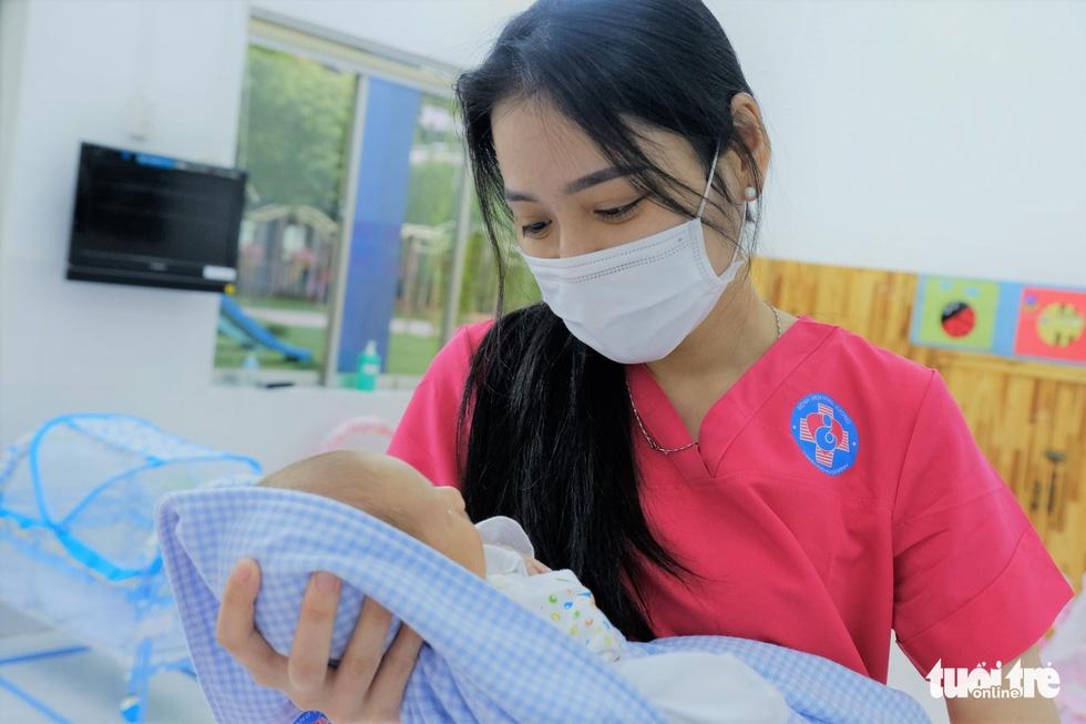 Tình nguyện làm mẹ bỉm sữa cho các bé có mẹ đang điều trị COVID-19 - Ảnh 1.