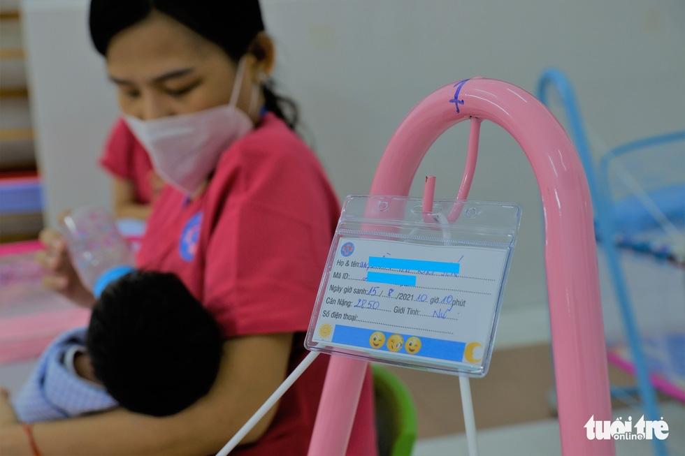 Tình nguyện làm mẹ bỉm sữa cho các bé có mẹ đang điều trị COVID-19 - Ảnh 2.