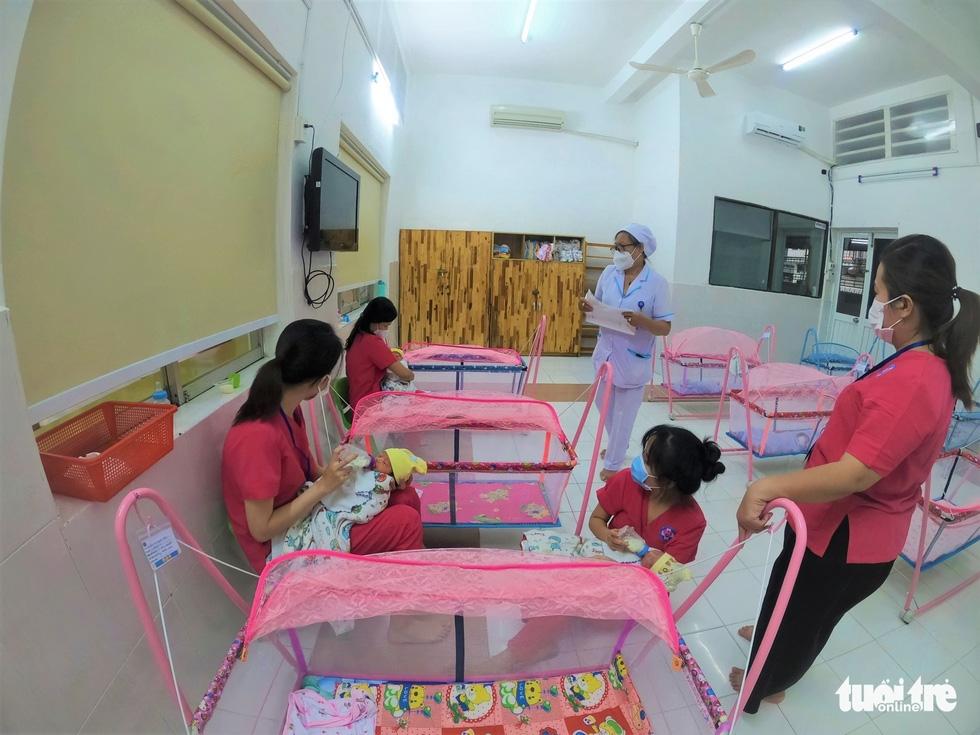 Tình nguyện làm mẹ bỉm sữa cho các bé có mẹ đang điều trị COVID-19 - Ảnh 3.