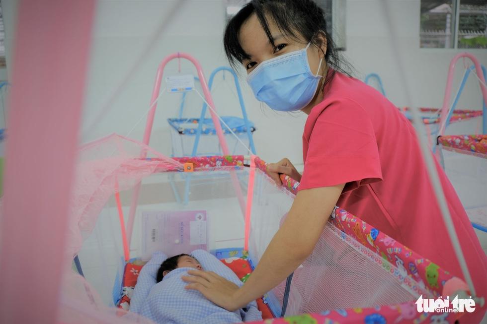 Tình nguyện làm mẹ bỉm sữa cho các bé có mẹ đang điều trị COVID-19 - Ảnh 4.