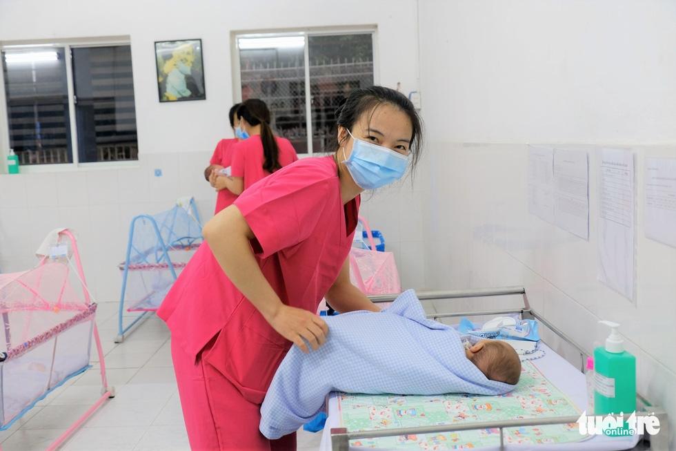 Tình nguyện làm mẹ bỉm sữa cho các bé có mẹ đang điều trị COVID-19 - Ảnh 7.