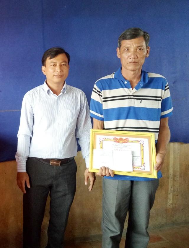 Ông Ngô Văn Lợi nhận khen thưởng của chính quyền địa phương xã Khánh Lâm. (Ảnh: Trần Thể)