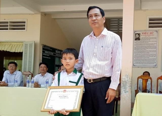Cháu Nguyễn Nhựt Nam nhận Bằng khen của UBND tỉnh Cà Mau. (Ảnh: Trần Thể)