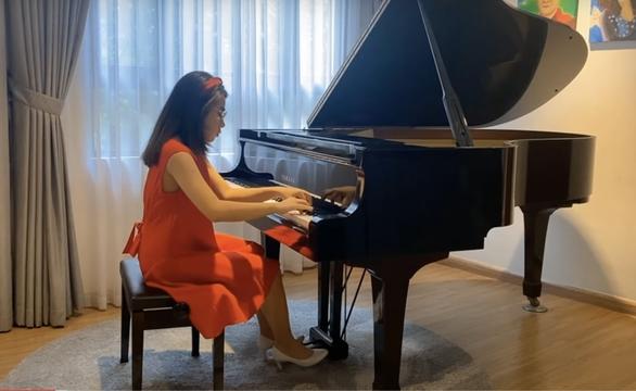 Biểu diễn piano trực tuyến gây quỹ giúp người nghèo - Ảnh 1.