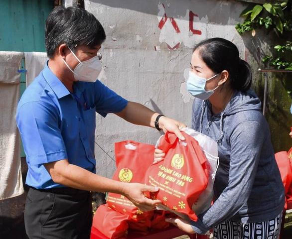 Chi hỗ trợ lần 2 mua nhu yếu phẩm cho công nhân TP.HCM - Ảnh 1.