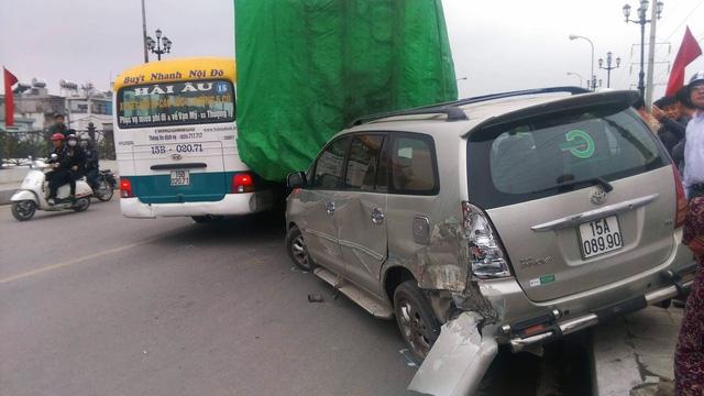 Xe tải chết máy trượt dốc từ trên cầu gây tai nạn liên hoàn - Ảnh 3.