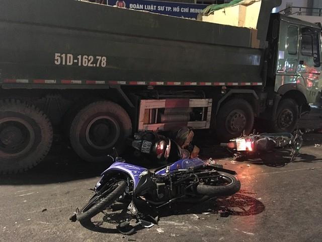 Tạm giữ hình sự tài xế xe ben tông hàng loạt xe máy - Ảnh 2.