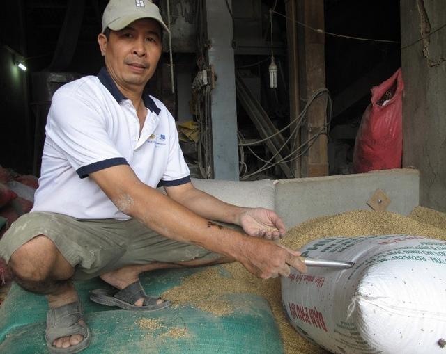 Ông Lê Quang Thắng vất vả tìm chủ nhân số vàng trong bao lúa.