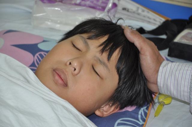 Cậu bé bị đa chấn thương, chấn thương sọ não, vỡ răng hàm mặt, chân gãy thành 2 mảnh.