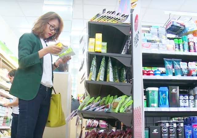 Chị Lê Lan cho biết lựa các cửa hàng tiện lợi vì hàng đảm bảo hơn.