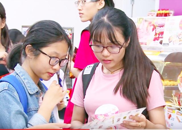 Giới trẻ giờ đây ưa chuộng những cửa hàng tiện lợi hơn tạp hoá vì mát mẻ, có wifi miễn phí.