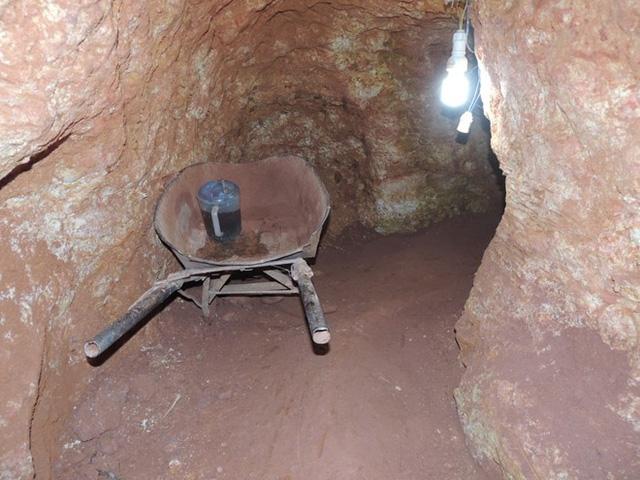 Nhưng con hầm được khoan sâu trong lòng đất để tìm vàng