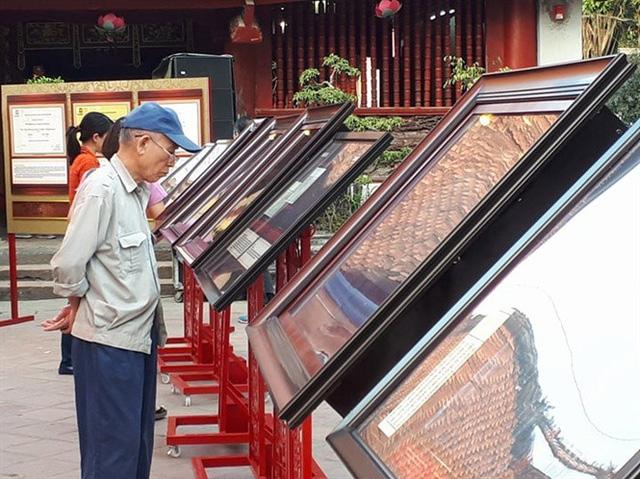 Người khác đến tham quan và chiêm ngưỡng các tư liệu được trưng bày trong triển lãm. Ảnh: Khải Mông.