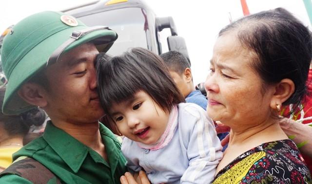 Người lính trẻ đặt lên mái tóc cô cháu gái một nụ hôn trước khi lên đường