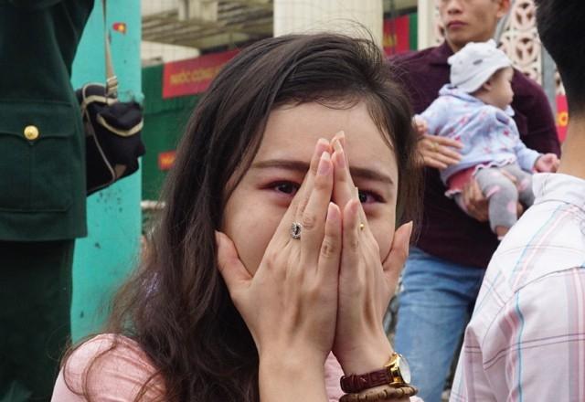 Sợ nước mắt của mình khiến người lính trẻ phân tâm, cô gái chỉ dám đứng từ xa nhìn người yêu lên đường nhập ngũ